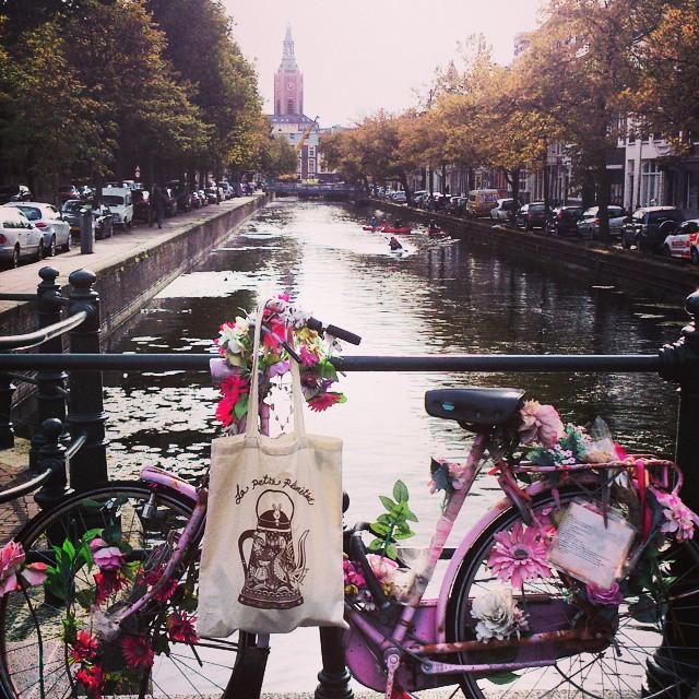 La Bolsa, la bici, las flores y el canal.