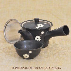 Juego de té con tetera con infusor y pequeño bol.